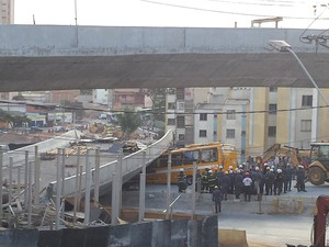 Viaduto caiu em cima de veículos na Avenida Pedro I.  (Foto: Raquel Freitas/G1)
