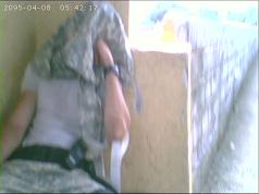 Agente dorme durante o serviço no presídio (Foto: Reprodução)
