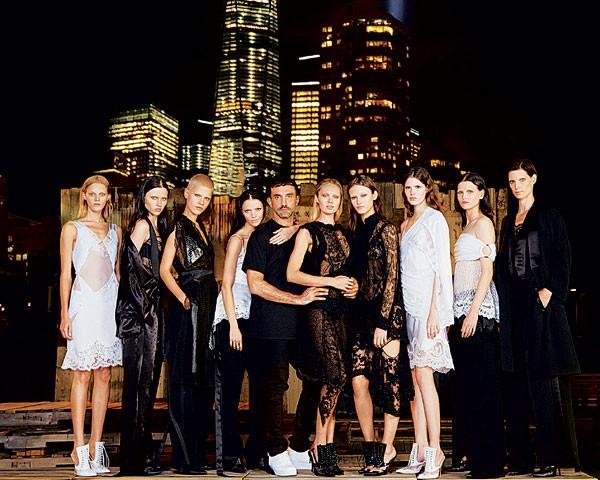 O estilista rodeado por suas modelos no desfile de 11 de setembro de 2015, em Nova York (Foto: Divulgação)