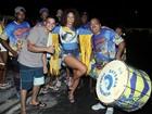 Juliana Alves, de shortinho jeans, samba de pernas de fora no Rio