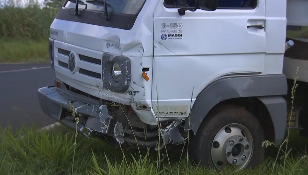 Carro bateu em caminhão e rodou na pista em Oscar Bressane (Foto: Reprodução/TV TEM)