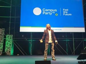 'Cyborg humano' russo desbloqueia celular e move porta com chip na mão, durante Campus Party (Foto: Helton Simões Gomes/G1)
