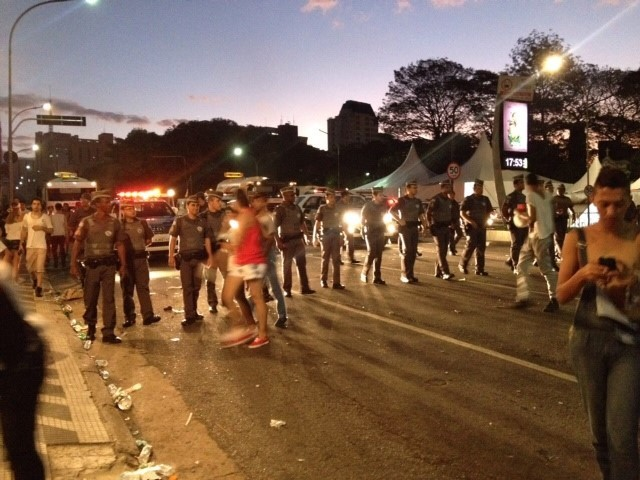 Polícia Militar faz córdão para tirar participantes da Parada Gay da Avenida Paulista (Foto: Carolina Dantas/G1)