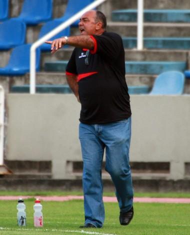 Ruy Scarpino orienta jogadores do Moto Club no Castelão (Foto: Biaman Prado/O Estado)