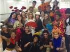 Marina Ruy Barbosa se diverte com colegas de nova novela em foto