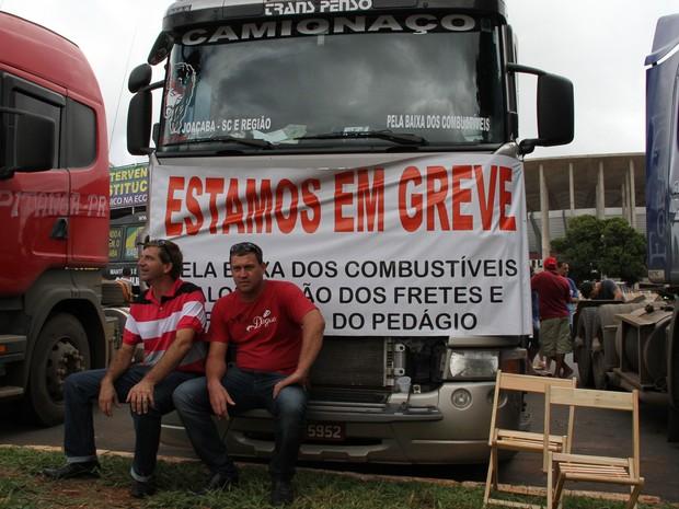 Caminhoneiros descansam com veículos atrás no centro de Brasília (Foto: Vianey Bentes/TV Globo)