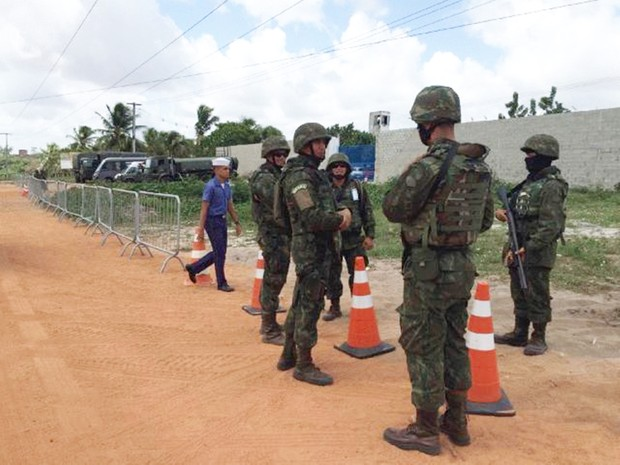 Fuzileiros navais montaram barreira em frente ao presídio (Foto: Andrea Tavares/G1)