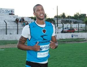 Walter, zagueiro do Botafogo-pb no treino, na Maravilha do Contorno (Foto: Amauri Aquino / GloboEsporte.com/pb)