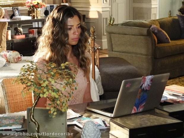 Ester assiste DVD da rival (Foto: Flor do Caribe / TV Globo)
