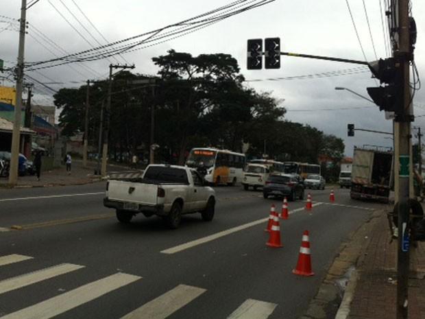 Semáforos para motoristas e para pedestres estavam quebrados na última quarta-feira (6) (Foto: Márcio Pinho/G1)