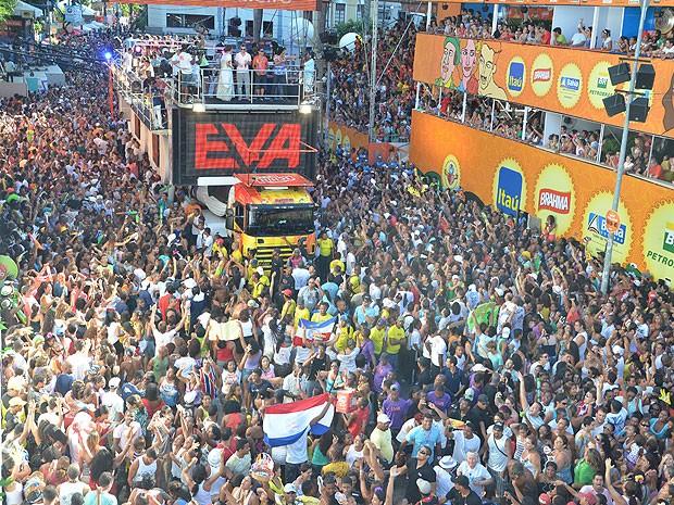 Trio sem coradas da Banda Eva animou milhares de foliões no Campo Grande  (Foto: Eduardo Freire/ G1)