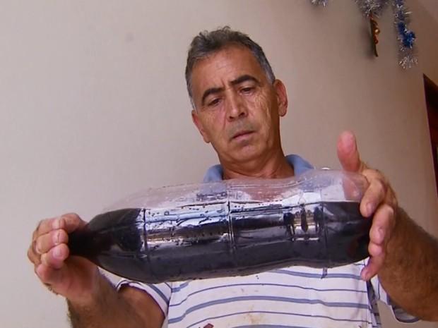Morador guardou água escura que saía da torneira em Fortaleza de Minas (Foto: Reprodução/EPTV)