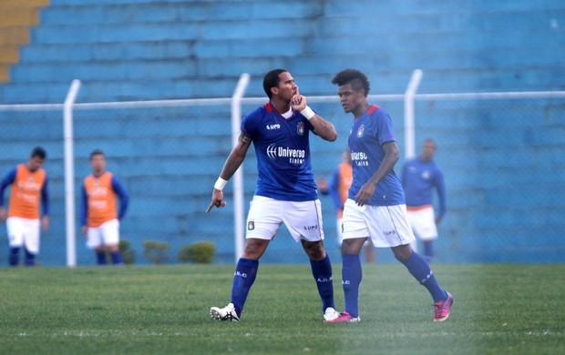 Jael comemora gol do São Caetano contra o Parana (Foto: Edno Luan / Futura Press)