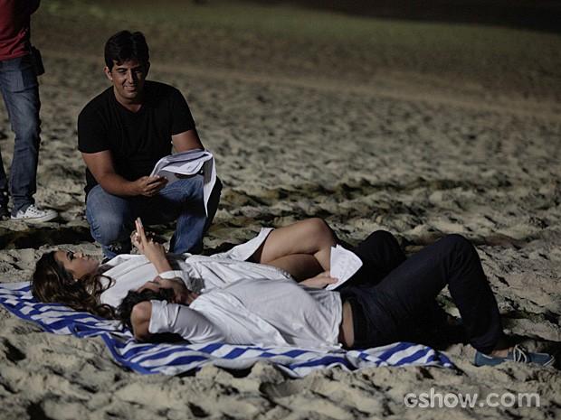 Diretor Adriano Melo passa instruções sobre a cena a ser gravada (Foto: Pedro Curi/TV Globo)
