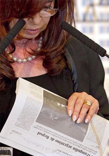 PIOR QUE CHÁVEZ? Cristina lê um exemplar do jornal espanhol El País. Sua ofensiva contra a imprensa é mais sofisticada e insidiosa que a do presidente venezuelano (Foto: Natacha Pisarenko/AP)