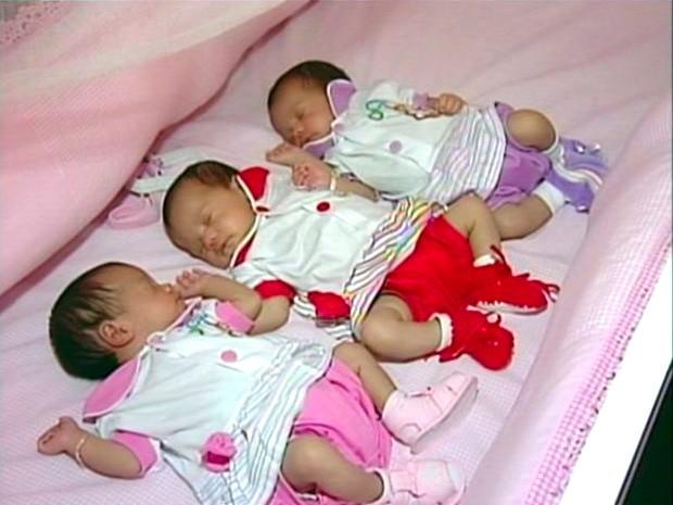 Mãe faz 18 mamadeiras por dia para trigêmeas (Foto: Reprodução/ TV Gazeta)