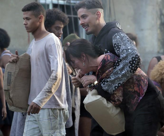 Divanilda sofre por não conseguir resgatar Larissa (Foto: Felipe Monteiro / Gshow)