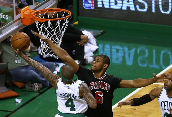 Cristiano Felício marca Isaiah Thomas, no duelo entre Chicago Bulls e Boston Celtics nos playoffs (Foto: Getty Images)