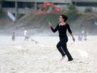 Rômulo Neto surfa em praia do Rio e Cleo Pires registra tudo com o celular