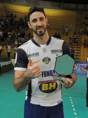 Thiago Salas recebeu o troféu Viva Volei (Foto: Fredson Souza/MCV)