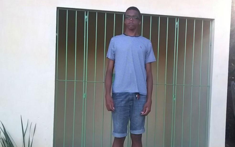 Rodrigo em frente à casa que ganhou de empresário em Ipiaú (Foto: Arquivo pessoal)