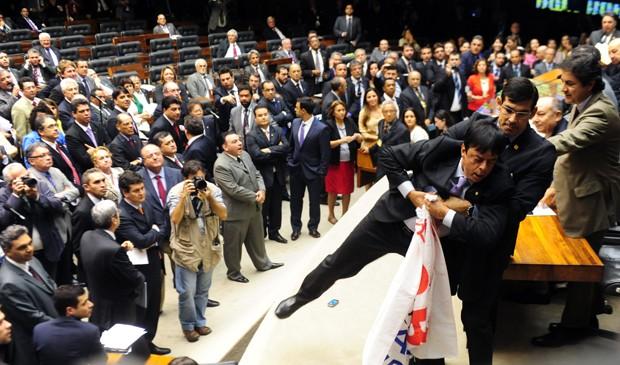 Deputado Toninho Pereira (PP-MG), que invadiu Mesa Diretora para protestar contra retenção de verbas da saúde durante votação da MP dos Portos (Foto: Gustavo Lima/Ag. Câmara)