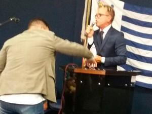 Meneguelli quebra parte do púlpito durante cerimônia de posse (Foto: Alessandro Bachetti/ TV Gazeta)