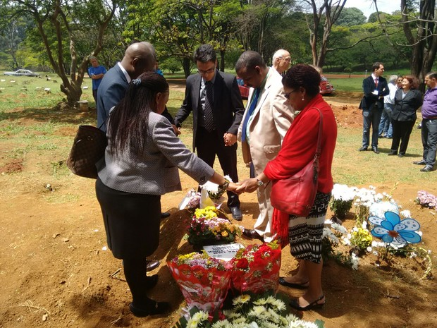Integrantes do consulado da África do Sul em São Paulo na missa (Foto: Paula Paiva Paulo/G1)