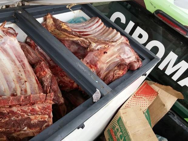 Carne foi apreendida em operação da Polícia Militar e Vigilância Sanitária de Paulista (Foto: Divulgação/Polícia Militar de Pernambuco)