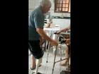 Homem volta a andar após construir própria prótese com canos; assista