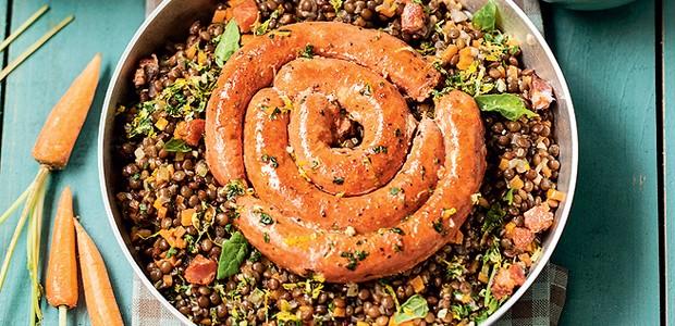 Lentilhas braseadas com embutidos (Foto: Elisa Correa/ Editora Globo)