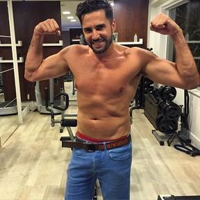 Latino posa sem camisa em academia (Foto: Instagram/ Reprodução)