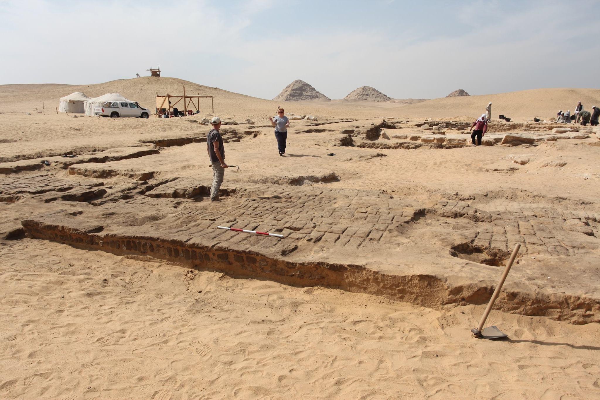 Pesquisadores escavam ruínas do templo (Foto: Ministry of Antiquities Egypt)
