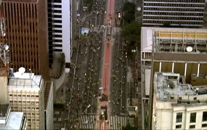 SÃO PAULO - Manifestantes deixam Avenida Paulista após protesto contra o governo Dilma.