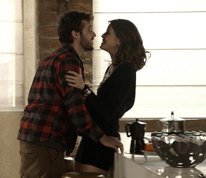 Camila se rende a romance com Giovanni (Foto: TV Globo)