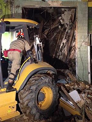 Equipes de resgate trabalham nos escombros do prédio que desabou (Foto: Guilherme Peixoto/TV Globo)