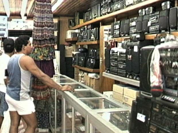 Turistas e população local procurava produtos da Zona Franca de Manaus em lojas  (Foto: Reprodução/Rede Amazônica)