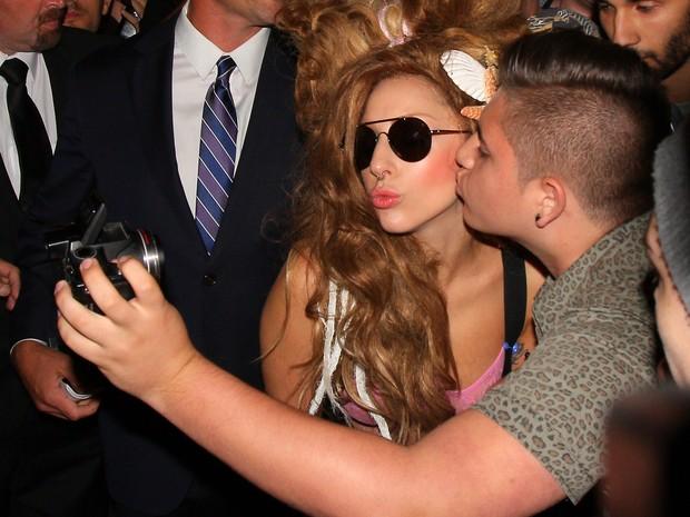 Lady Gaga ganha beijo de fã em Londres, na Inglaterra (Foto: Mark Robert Milan/ Getty Images)