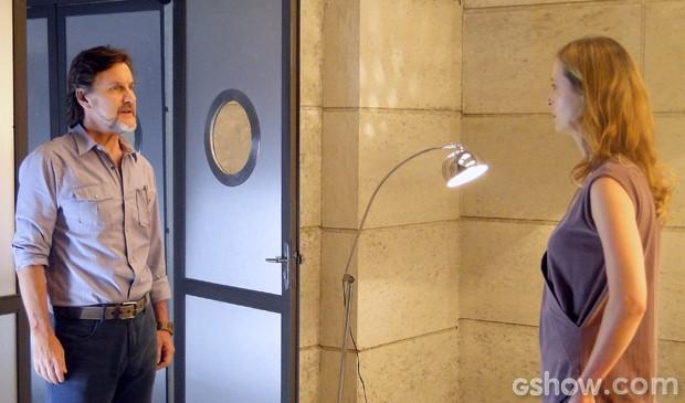 LC explica para Angelique porque ela tem que ficar presa (Foto: Além do Horizonte/TV Globo)