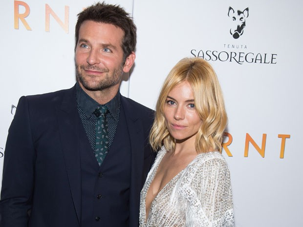 Bradley Cooper e Sienna Miller na pré-estreia de 'Pegando fogo' em Nova York nesta terça-feira (20) (Foto: Charles Sykes/Invision/AP)