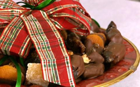Doce de frutas natalinas banhadas no chocolate