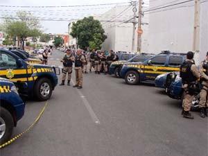 Policiais rodoviários isolaram ruas  (Foto: Cedida)
