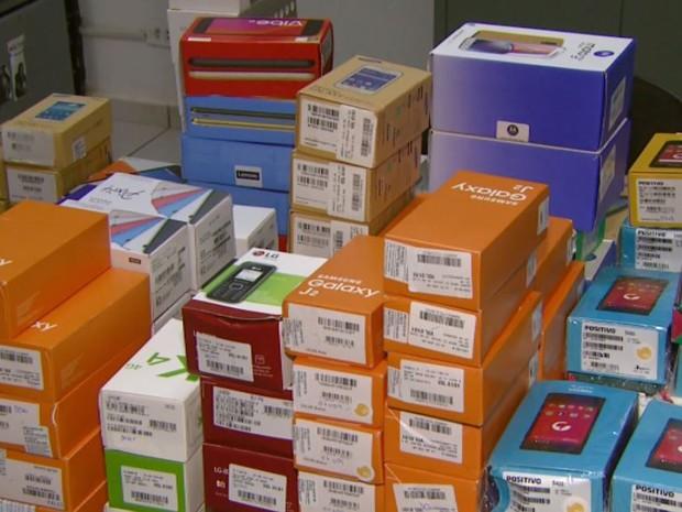 Celulares roubados de loja em Divinolândia (Foto: Eder Ribeiro/ EPTV)
