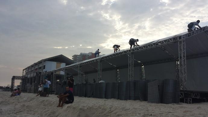 Trabalhadores fazem últimos ajustes no palanque do Rio Pro no Postinho (Foto: Carol Fontes)