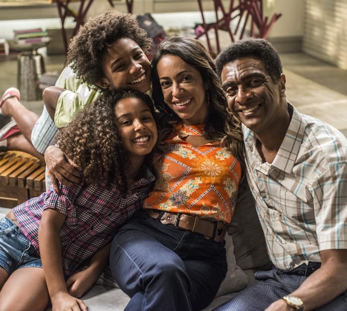 Dorinha e família: Samantha posa ao lado de Hélio de La Peña, Leonardo Carvalho e Juliana Louise (Foto: TV Globo/Renato Rocha Miranda)
