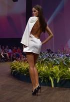 Uau! Izabel Goulart usa vestido ousado em desfile em Belo Horizonte