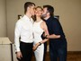 Marília Gabriela ganha beijo dos filhos após estreia de peça de teatro