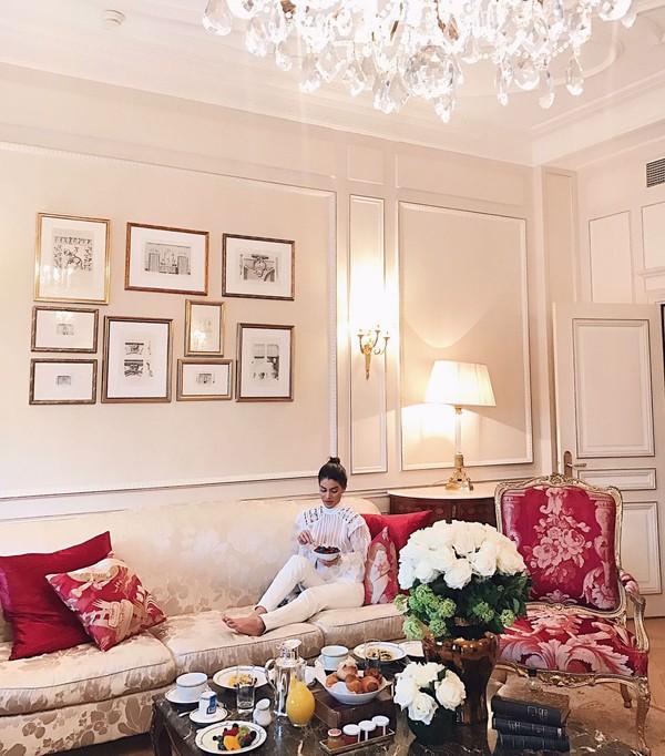 Camila Coelho pede café da manhã no quarto do hotel para economizar tempo (Foto: Divulgação)