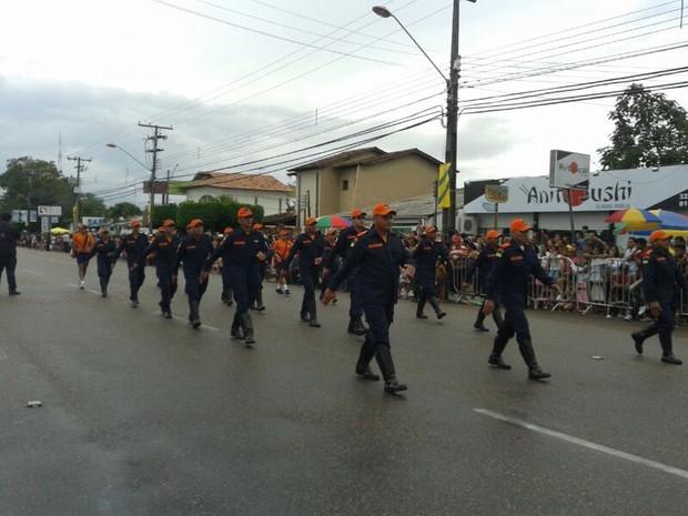 O desfile cívico-militar levou quase sete mil pessoas à avenida Coronel Ene Garcêz em Boa Vista  (Foto: Valéria Oliveira/G1)