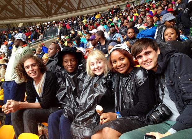 os amigos sul-africanos Sebastian Gidlow, Vincent Ndebele, Daniella Broomberg (que nasceu em Johanesburgo e cresceu no Zimbábue), Farai Mubaiwa (que nasceu em Durban) e Wynard Brummer. (Foto: Giovana Sanchez/G1)